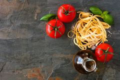 Ingredienti della pasta, sopra la vista contro un fondo dell'ardesia immagine stock libera da diritti
