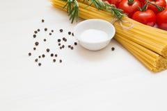 Ingredienti della pasta, spaghetti, concetto su fondo bianco, vista superiore, spazio della copia, macro fotografia stock libera da diritti