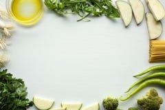 Ingredienti della pasta: spaghetti, prezzemolo, cipolla, broccoli, zucchini, paprica Immagine Stock Libera da Diritti