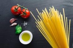 Ingredienti della pasta sul fondo nero dell'ardesia Fotografie Stock