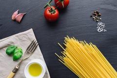 Ingredienti della pasta sul fondo nero dell'ardesia Immagini Stock Libere da Diritti