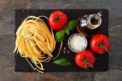 Ingredienti della pasta, vista superiore su un vassoio dell'ardesia fotografie stock libere da diritti