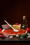 Ingredienti della pizza sulla tabella Fotografia Stock