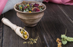 Ingredienti della tisana sulla tavola di legno immagine stock
