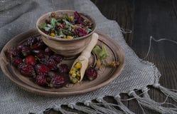 Ingredienti della tisana sulla tavola di legno Immagini Stock