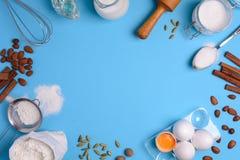 Ingredienti di cottura per pasticceria casalinga su fondo blu Cuocia il concetto dolce del dessert del dolce Vista superiore Disp fotografia stock