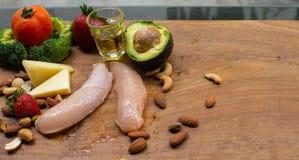 Ingredienti di dieta del cheto sulla tavola di legno fotografia stock