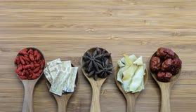 Ingredienti di erbe cinesi essenziali per la cottura della minestra cinese Fotografie Stock
