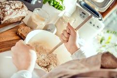 ingredienti di miscelazione della donna per pane sano domestico immagine stock