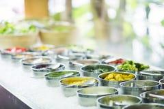 Ingredienti di verdure misti nell'esposizione della barra di insalata immagine stock libera da diritti