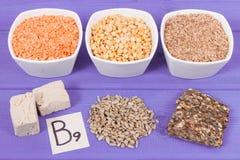 Ingredienti differenti nutrienti che contengono vitamina B9, i minerali naturali ed acido folico, concetto sano di nutrizione fotografia stock