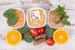 Ingredienti differenti nutrienti che contengono vitamina B9, i minerali naturali ed acido folico, nutrizione sana immagini stock libere da diritti