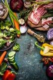 Ingredienti e carne di verdure per la cottura dei piatti in uno stile rustico Fotografia Stock