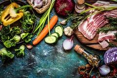 Ingredienti e carne di verdure per la cottura dei piatti in uno stile rustico Immagine Stock
