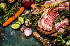 Ingredienti e carne di verdure per la cottura dei piatti in uno stile rustico Immagini Stock Libere da Diritti