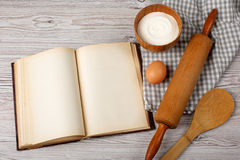 Ingredienti e strumenti della cucina con il vecchio blan Fotografia Stock Libera da Diritti