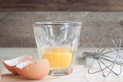 Ingredienti e strumenti per fare un dolce, uova, forno Fotografie Stock