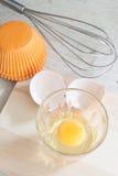 Ingredienti e strumenti per fare un dolce, uova, tazze del forno Fotografia Stock Libera da Diritti
