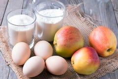 Ingredienti e strumenti per produrre una torta di mele, vista superiore fotografie stock libere da diritti