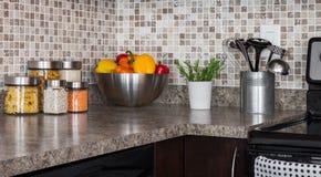 Ingredienti ed erbe di alimento sul controsoffitto della cucina fotografia stock