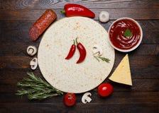 Ingredienti grezzi della pizza immagini stock