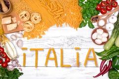 Ingredienti italiani della pasta per Bolognese sulla tavola di legno bianca, vista superiore Immagini Stock Libere da Diritti