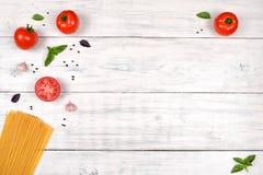Ingredienti italiani della pasta sulla tavola di legno bianca, vista superiore fotografia stock