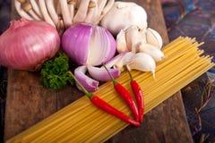 Ingredienti italiani della salsa di funghi e della pasta Fotografia Stock