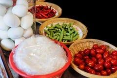 Ingredienti locali dell'insalata della papaia fotografie stock