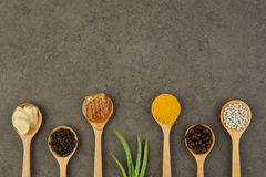 Ingredienti naturali della stazione termale chicchi di caffè, pepe, curcuma, zenzero, Immagini Stock Libere da Diritti