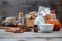 Ingredienti naturali della stazione termale e palla di erbe della compressa per l'alternativa fotografia stock