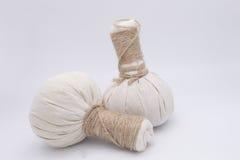 Ingredienti naturali della stazione termale La palla di erbe della compressa e ingredien Fotografia Stock Libera da Diritti