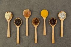 Ingredienti naturali della stazione termale Varietà di erbe su fondo rustico da Immagini Stock