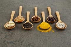Ingredienti naturali della stazione termale Varietà di erbe su fondo rustico da Fotografia Stock