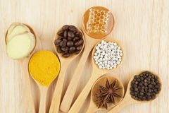 Ingredienti naturali della stazione termale Varietà di erbe su fondo rustico da Immagini Stock Libere da Diritti