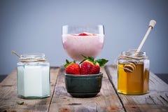 Ingredienti naturali per il frullato della fragola: fragole, miele e yogurt Fotografia Stock Libera da Diritti
