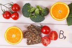 Ingredienti nutrienti che contengono vitamina B9, i minerali naturali ed acido folico, concetto sano di nutrizione fotografia stock libera da diritti