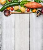 Ingredienti organici freschi delle verdure e cucchiaio di legno su fondo di legno rustico, vista superiore Immagini Stock Libere da Diritti