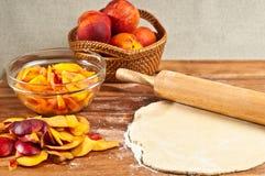 Ingredienti organici per la torta casalinga della pesca Immagini Stock Libere da Diritti