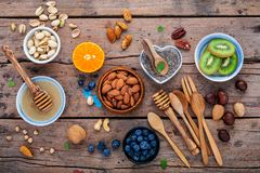 Ingredienti per alimenti sani fondo, dadi, miele, bacche Immagini Stock Libere da Diritti