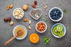 Ingredienti per alimenti sani fondo, dadi, miele, bacche Fotografie Stock