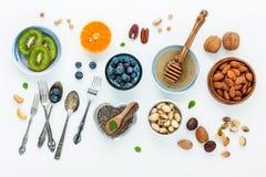 Ingredienti per alimenti sani fondo, dadi, miele, bacche Fotografia Stock