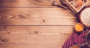 Ingredienti per cuocere sul fondo di legno leggero vuoto con il pla Fotografia Stock Libera da Diritti