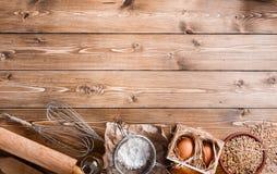 Ingredienti per cuocere sul fondo di legno leggero vuoto con il pla Fotografia Stock