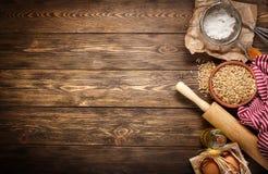 Ingredienti per cuocere sul fondo di legno scuro vuoto Immagini Stock Libere da Diritti