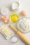 Ingredienti per cuocere sulla tavola di legno bianca Immagini Stock Libere da Diritti