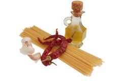 Ingredienti per gli spaghetti del `, aglio, ` di peperoncino dell'olio e fotografia stock