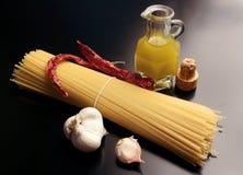 Ingredienti per gli spaghetti del `, aglio, ` di peperoncino dell'olio e fotografie stock libere da diritti