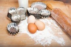 Ingredienti per i biscotti di natale con le retro taglierine del biscotto Fotografia Stock Libera da Diritti