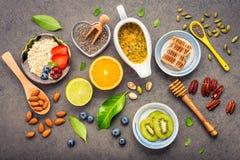 Ingredienti per i dadi misti del fondo sano degli alimenti, miele, immagini stock libere da diritti
